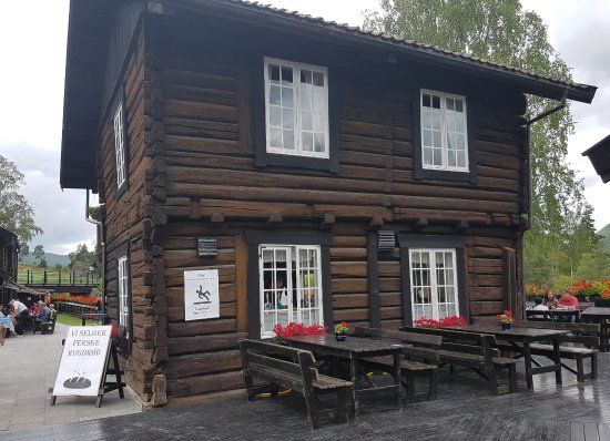 Amot Municipality, Norwegen: The log building houses the kitchen - café seating is outdoors