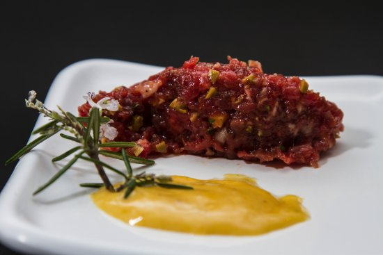 Argentona, Spain: Steak tartar de vaca con salsa marmolada de yemas y mostaza de Dijon