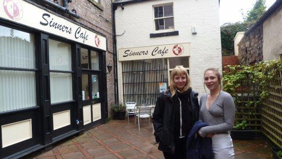 Sinners Cafe: Daughter & Granddaughter outsideSinners.