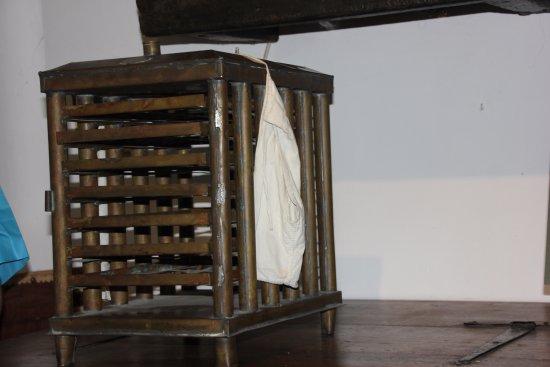 Museum Alphonse Daudet : couveuse d'œufs de vers à soie (en bois) et poches cotons pour les mémés qui couvaient les œufs.