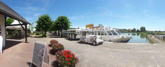 Pouilly-en-Auxois, France: L'embarcadère devant la capitainerie du port de Pouilly
