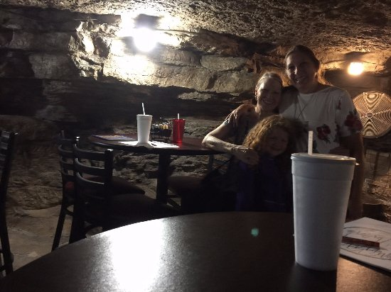 Lanagan, MO: Eating lunch in a cave; funky, not fancy