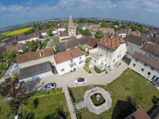 """Bligny-lès-Beaune, France : Vue du ciel du Domaine """"L'Escale de Jules et Lily"""" situé au coeur du village de Bligny"""