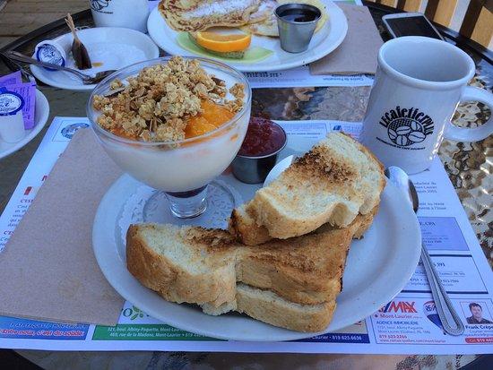 Mont Laurier, Kanada: Yoghurt breakfast plate