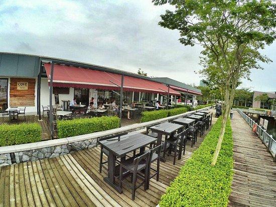 Johor Bahru District, Malasia: Hi-Table facing the Senibong Cove Marina