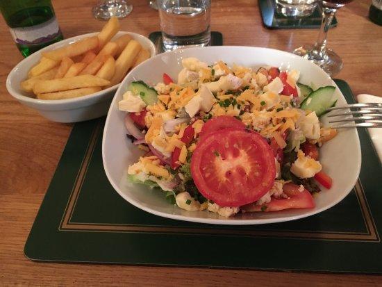Hillside Hotel Bar and Restaurant: Salatvariation mit Käse und Chips