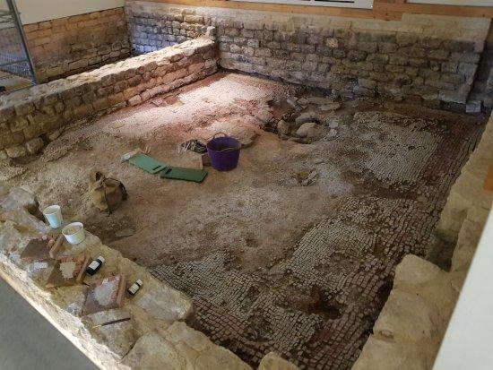 Yanworth, UK: Excavating