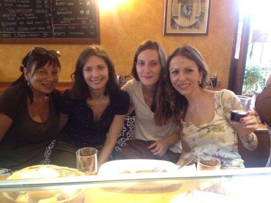 Refra : Amigas de diferentes nacionalidades disfrutando aperitivo en el local