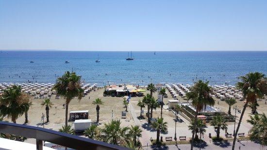 Les Palmiers Beach Hotel: Вид с балкона - видно все!!!! Рассвет, лунную дорожку, пляж, сцену, самолеты! Поверьте - это суп