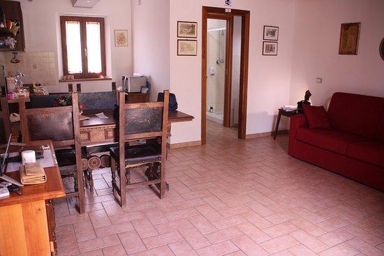 Soggiorno con divano e tv e angolo cottura - Picture of All\'Antica ...