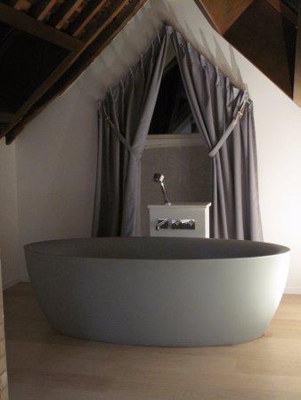 Très grande baignoire, très agréable ! - Photo de NE5T Hôtel & Spa ...