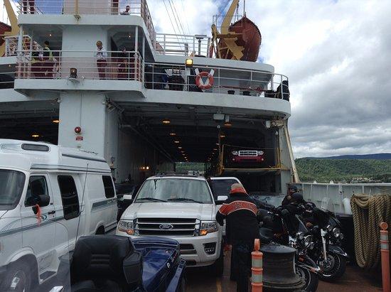 Riviere-du-Loup & Saint-Simeon Ferry: Avant le débarquement, au retour à Saint-Siméon. Pont des voitures.