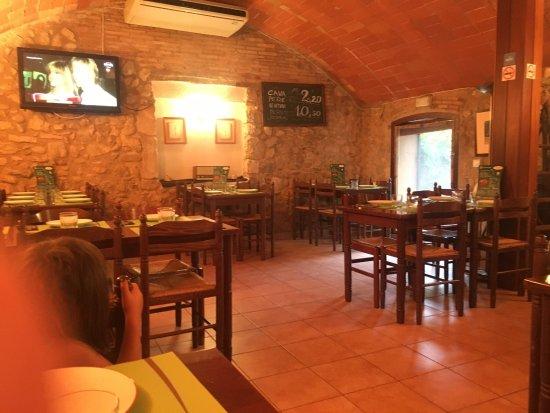 Llers, Spanien: Tres jolie salle