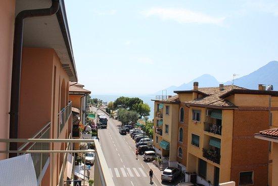 Hotel Sorriso: La rue passant au pied de l'hôtel