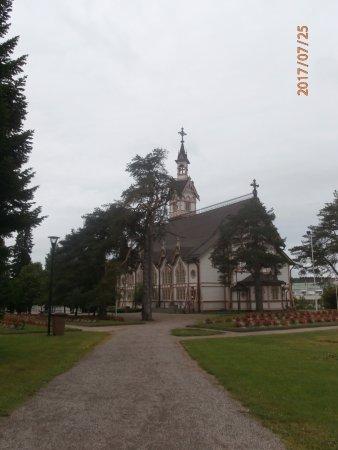 Kajaani, Finlandia: Aperçu de l'église au milieu des jardins