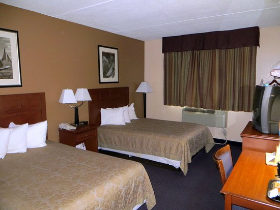 Super 8 Manchester Airport: Two beds and old TV