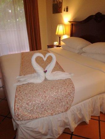 Baldi Hot Springs Hotel Resort & Spa: Excelentes detalles en la habitación, cama super amplia y confortable
