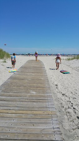 Paradise Oceanfront Resort: Easy walk to the ocean
