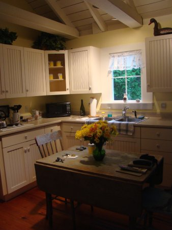 The Harbour Cottage Inn: Carriage House kitchen dining area