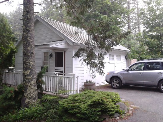 The Harbour Cottage Inn: Carriage House exterior adjacent to Main House on very quiet road