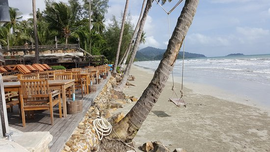 Santhiya Tree Koh Chang Resort: By the Sea bar