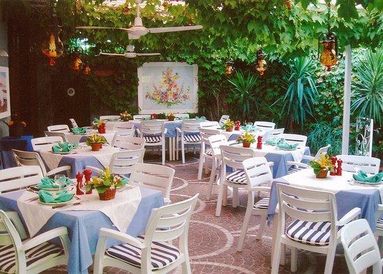 Pensione Villa Mafalda: Sala da pranzo estiva con pergolato.