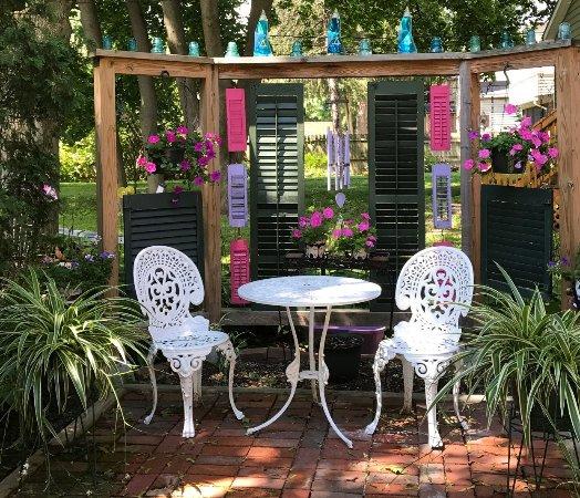 Rosewood Inn: Enjoy that bottle of Finger Lakes Wine in the back garden area!
