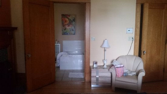 Lauerman Guest House Inn: Corner of fireplace, bathroom, room