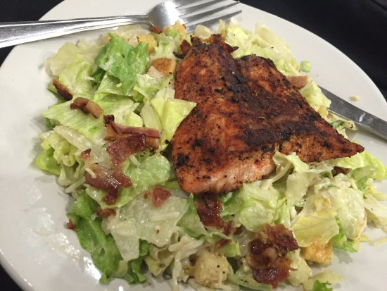 Sanger, Τέξας: Blackened Salmon Salad