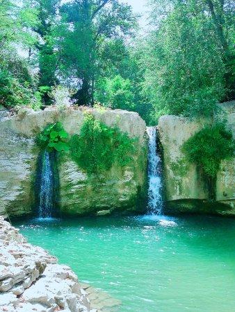 Pergola, Italia: Ecco la magnifica cascata!