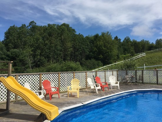 Newport Landing, Kanada: Outdoor swimming pool with incredible view and a waterslide for fun