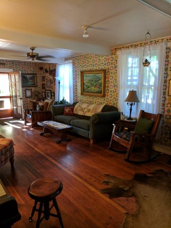 Lucas Pioneer Lodge: The living room/common room of the lodge.