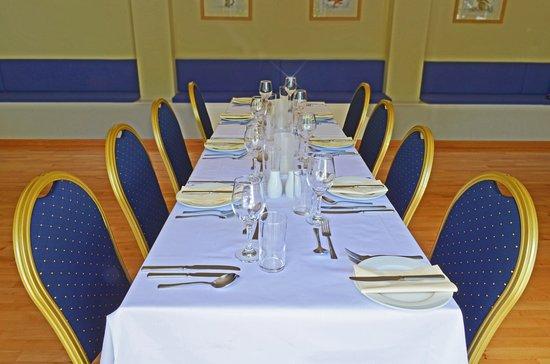 Langport, UK: Restaurant table.