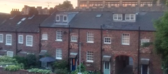 Premier Inn York City (Blossom St North) Hotel: Very close to the Walls if you look above the roof tops