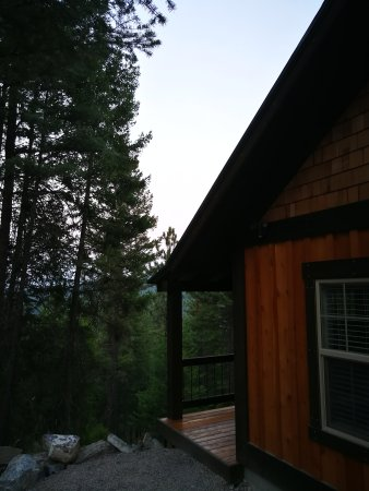 Lakeside, MT: Clean cabin nestled up on the hill just a short drive from Flathead Lake.