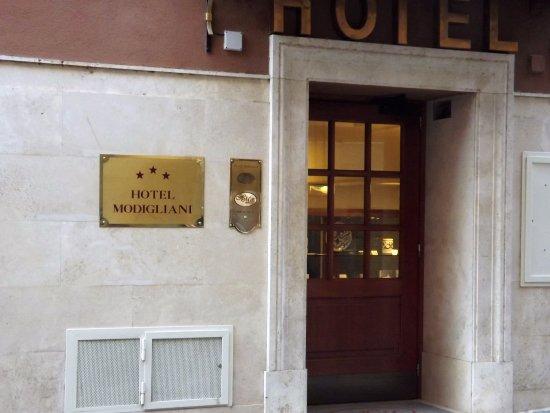 Hotel Modigliani: Street entry