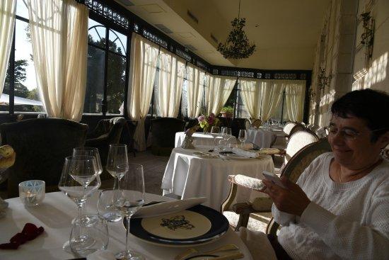 Chateau de Mirambeau: Salle à manger sous véranda de la terrasse : il y a une autre salle dans le château