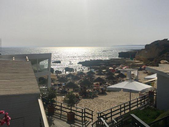 Gale, Portugal: Una pequeña cala con encanto. Al lado del restaurante Evaristo y con un barbara poder refrescart