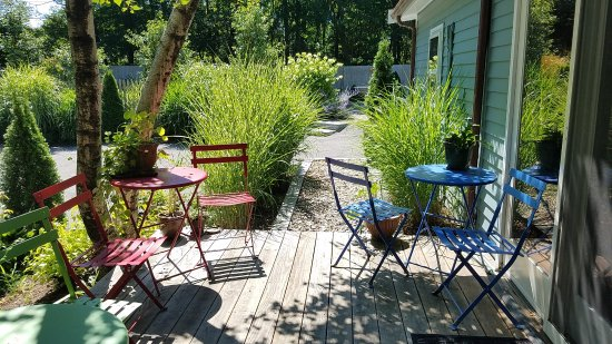Marblehead, MA: Outdoor bistro seating on the side porch.