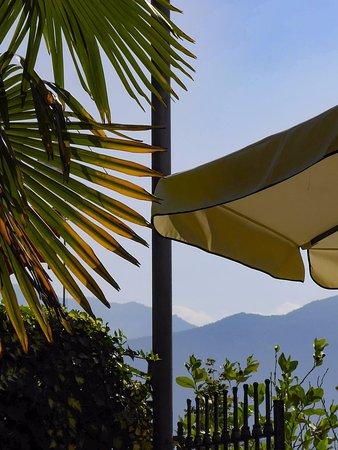 Hotel Azalea: Frühstück im Freien mit Blick auf See und Berge