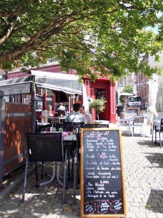 Noyon, Франция: La terrasse sous la feuillée et les menus