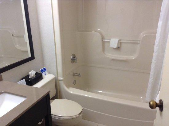Comfort Inn Levis: Chambre aux standards Comfort Inn. Salle de bain.