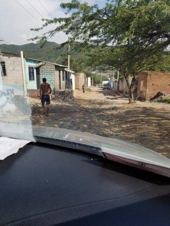 Casa Los Cerros: dirt road to get to the hotel