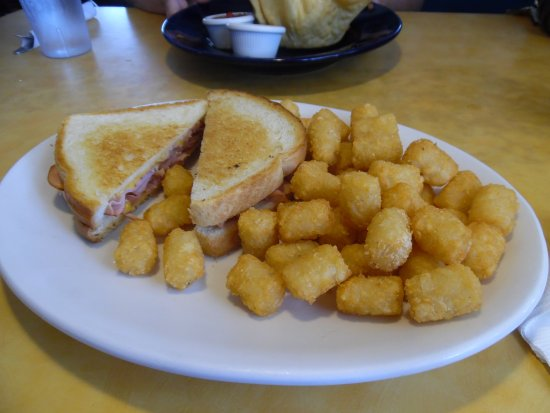 Interlochen, Μίσιγκαν: Grilled Ham & Cheese with tater tots