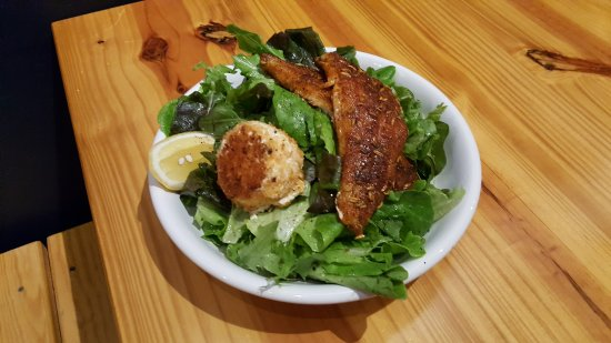 Apex, Carolina del Norte: Blackened Fish salad and baked goat cheese