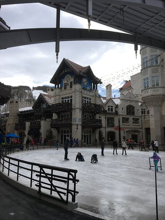 Arrabelle at Vail Square, A RockResort: Ice rink just outside the hotel
