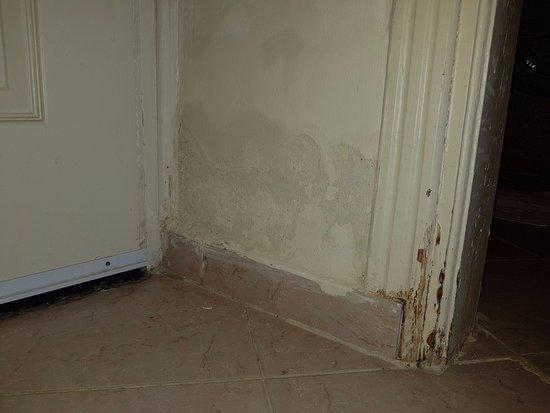 Smerige muur tussen hal en badkamer - Picture of The Three Corners ...