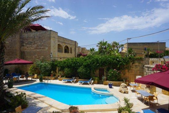 Ghasri, Malta: Terrasse et piscine