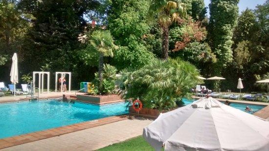 Jardin piscina bild von hipotels sherry park jerez de for Piscina jerez de la frontera
