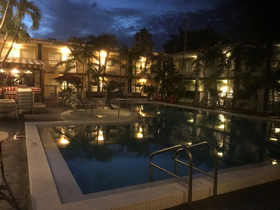 Best Western Hibiscus Motel: Early Morning Coffee Poolside!